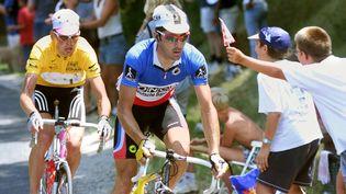 Le cycliste français Laurent Jalabert devance l'Allemand Jan Ullrich lors de la 14e étape du Tour de France 1998. (PATRICK KOVARIK / AFP)
