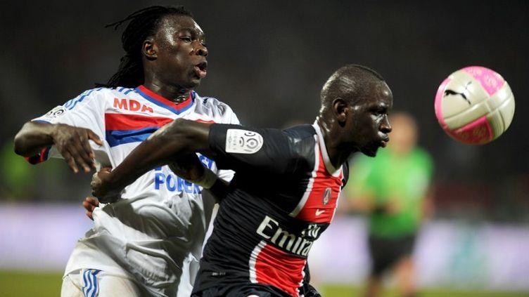 Le Lyonnais Bafetimbi Gomis (à gauche) et le parisien Mamadou Sakho, lors de la rencontre OL-PSG (4-4) au stade Gerland à Lyon, samedi 25 février. (PHILIPPE DESMAZES / AFP)