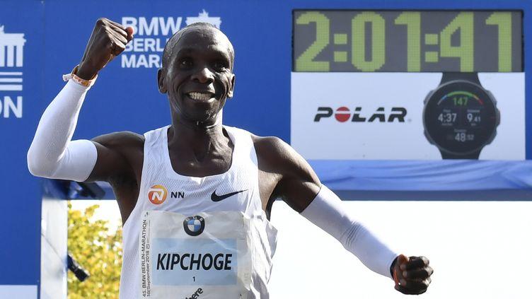 Le Kényan Eliud Kipchoge a battu le record du monde de marathon, dimanche 16 septembre 2018 à Berlin. (JOHN MACDOUGALL / AFP)