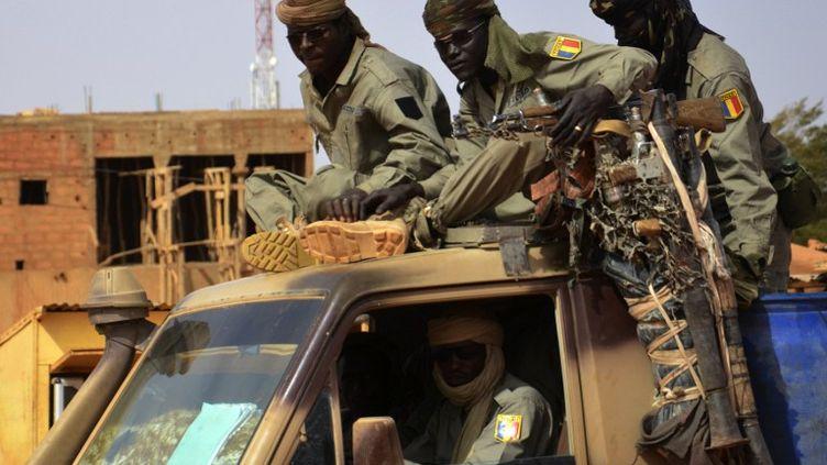 Des soldats tchadiens quittentNiamey (Niger) pour la frontière malienne, le 26 janvier 2013. (BOUREIMA HAMA / AFP)