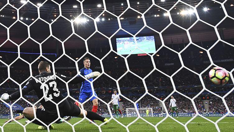 Son second but face à la Bulgarie, Kevin Gameiro l'a inscrit sur un service d'Antoine Griezmann. (FRANCK FIFE / AFP)