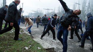 Des séparatistes pro-russes prenennt le siège de la police de Horlivka, une ville de 300 000 habitants de l'est de l'Ukraine - le 14 avril 2014 (ALEXEY KRAVTSOV / AFP)