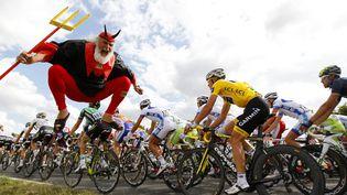 """""""El Diablo"""" bondit au passage des coureurs du Tour de France, le 8 juillet 2011, entre Le Mans (Sarthe) et Châteauroux (Indre). (JOEL SAGET / AFP)"""
