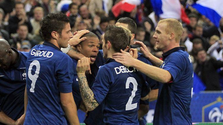 L'unique buteur du match France-Etats-Unis, Loïc Rémy (le 2e en partant de la gauche) félicité par Olivier Giroud, Mathieu Debuchy et Jérémy Mathieu, le 11 novembre 2011 au Stade de France (Saint-Denis). (Charles Platiau / REUTERS)