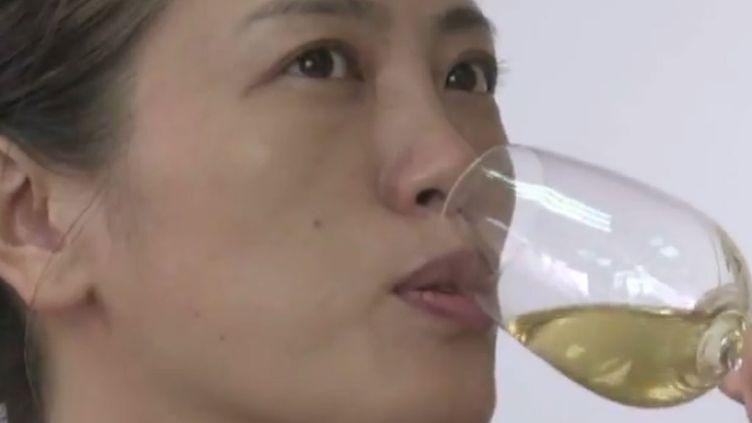 Une Chinoise prenant un cours d'oenologie à Pékin. (FTV)