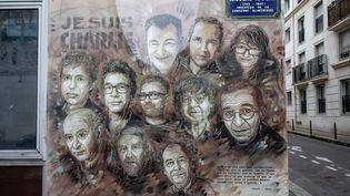 """Unefresque en hommage aux membres de la rédaction assassinés en janvier 2015, rue Nicolas-Appert,dans le 11e arrondissement de Paris, où se trouvait le siège de """"Charlie Hebdo"""". (AURELIEN MORISSARD / MAXPPP)"""