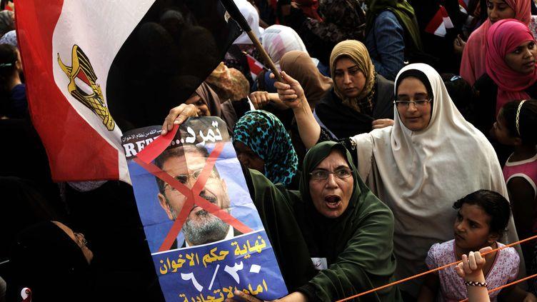 Des opposantes à Mohamed Morsi et aux Frères musulmans manifestent devant le palais présidentiel, au Caire (Egypte), le 2 juillet 2013. (GIANLUIGI GUERCIA / AFP)