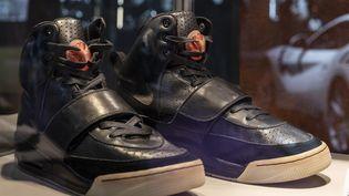 Une paire de baskets Nike Air Yeezy 1 portée par le rappeur Kanye West vendue à une plateforme d'investissement spécialisée pour 1,8 million de dollars,avril 2021 (MIGUEL CANDELA / ANADOLU AGENCY)