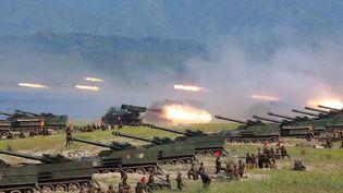 Photo non datée, relayée par l'agence de presse officielle nord-coréenne KCN le 26 août 2017, montrant des tirs de roquettes par l'armée lors d'un exercice. (KCNA VIA KNS)