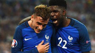 Antoine Griezmann et Samuel Umtiti célèbrent le but des Bleus juste avant la mi-temps de France-Allemagne, en demi-finale de l'Euro, le 7 juillet 2016. (PATRIK STOLLARZ / AFP)