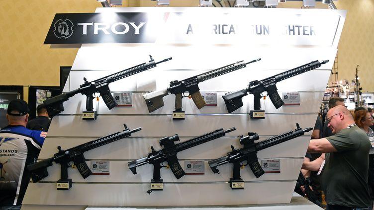 Des fusils d'assaut sont présentés à la plus grande foire mondiale d'armes à feu, à Las Vegas le 19 janvier 2016. (ETHAN MILLER / AFP)