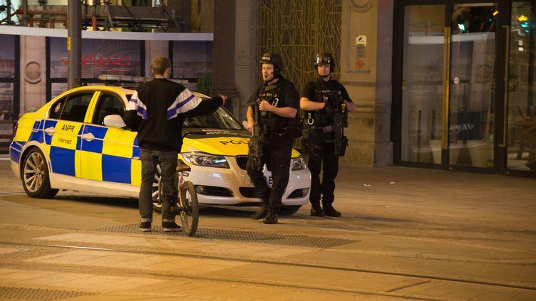 Des policiers aux abords de la salle de concert de la Manchester Arena (Royaume-Uni) après l'explosion, mardi 23 mai 2017. (JONATHAN NICHOLSON / NURPHOTO)