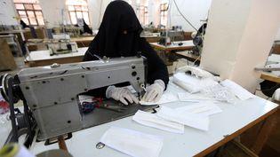 Des femmes au Yemen dans la plus ancienne usine de textile de Sanaa réalisent des masques, le 16 mars 2020 (MOHAMMED HUWAIS / AFP)