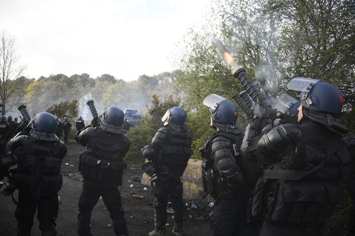Les gendarmes lancent des grenades lacrymogènes sur les manifestants de la ZAD de Notre-Dame-des-Landes, le 15 avril 2018 en Loire-Atlantique. (DAMIEN MEYER / AFP)