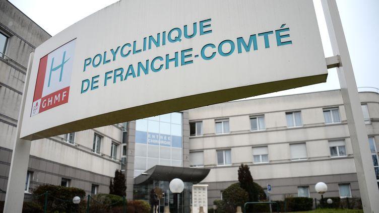 L'entrée de la polyclinique de Franche-Comté à Besançon. Un anesthésiste est soupçonné d'y avoir empoisonné trois personnes au début de l'année 2009. (SEBASTIEN BOZON / AFP)
