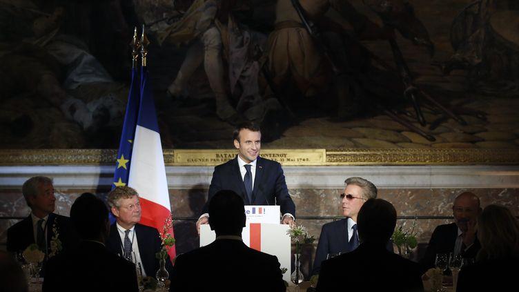 """Emmanuel Macron lundi 22 janvier à Versailles, devant des chefs d'entrepriseinvitéspour un sommet """"Choose France"""". (THIBAULT CAMUS / POOL / AFP)"""