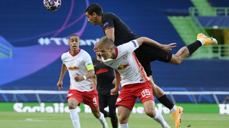Yussuf Poulsen et Lukas Klostermann, arrivés bien avant que le club ne goûte à la Bundesliga, face à l'Atletico.  (LLUIS GENE / POOL)