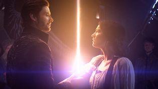 """Ben Barnes (Général Aleksander Kirigan) etJessie Mei Li (Alina), les deux protagonistes de """"Shadow and Bone : la saga Grisha"""". (COURTESY OF NETFLIX)"""