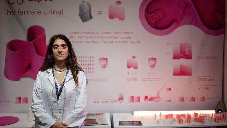 """L'architecteGina Perier, inventrice de """"Lapee"""", l'urinoir pour femmes, le 2 mai 2019 à Paris. (MARTIN BUREAU / AFP)"""