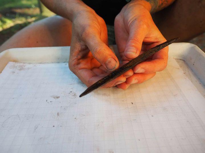 Un outil en bois déterré par les scientifiques sur l'île Triquet (Colombie-Britannique, Canada), qui servait à faire du feu. (Angela Dyck / Hakai Institute)