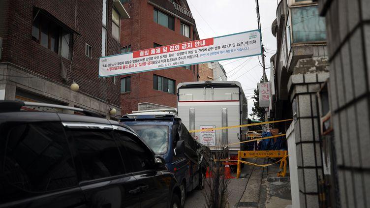 Une banderolerappelle l'interdiction faiteaux habitants de Séoul d'entrer dans l'Eglise de Sarang Jeil, le 16 août 2020. (MAXPPP)