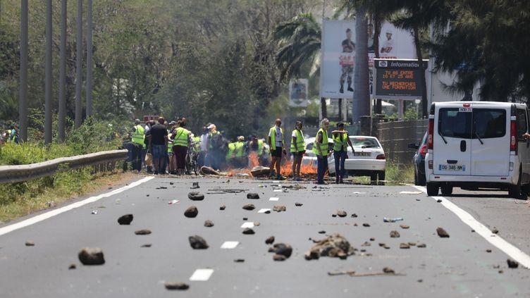 """Un barrage de """"gilets jaunes"""" à La Réunion le 19 novembre 2018. (RICHARD BOUHET / AFP)"""