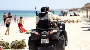 Des policiers tunisiens patrouillent, le 1er juillet 2015, sur une plage de Sousse (Tunisie), à proximité de l'hôtel attaqué vendredi 26 juin 2015. (BECHIR TAIEB / AFP)