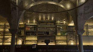 Vue de l'intérieur du bar Giralda à Séville. (CRISTINA QUICLER / AFP)