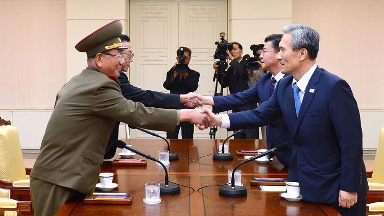 Photographie fournie après le gouvernement sud-coréen de la poignée de main symbolisant l'accord entre la Corée du Nord (à g.) et la Corée du Sud, le 22 août 2015, dans le village frontalier de Panmunjom. (UNIFICATION MINISTRY / AFP)