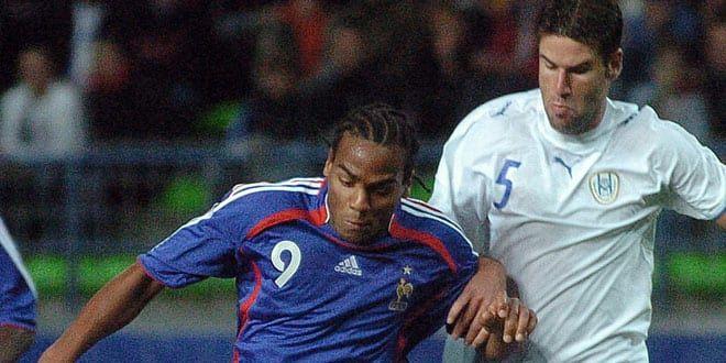 Jimmy Briand à la lutte avec le défenseur israélien Moshe Shai lors des barrages de l'Euro espoirs 2007