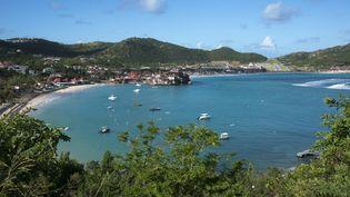 Une plage de Saint-Barthélémy (Antilles françaises), le 10 décembre 2017. (HELENE VALENZUELA / AFP)