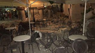 La terrasse de ce restaurant n'a pas résisté à la secousse survenue sur l'île de Kos (Grèce), le 21 juillet 2017. (SOCIAL MEDIA / X04130)