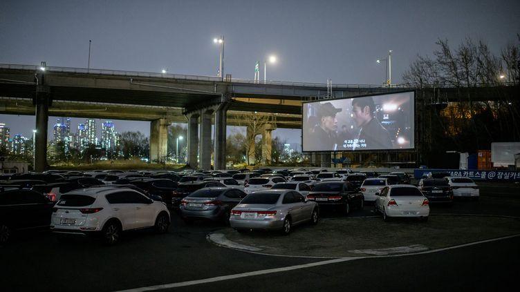 En Corée du Sud, le succès du cinéma en plein air pour faire face au coronavirus, mars 2020 (ED JONES / AFP)