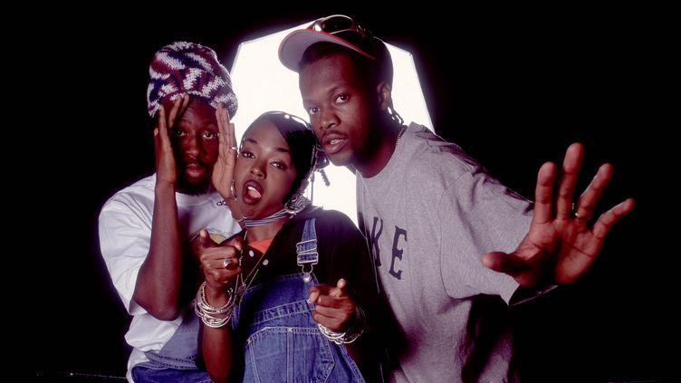 Le groupe de rap américainFugees (de gauche à droiteWyclef Jean, Lauryn Hillet Pras Michel), pose en backstage au World Music Theater, Tinley Park, Illinois, (Etats-Unis) le 6 août 1996. (PAUL NATKIN / GETTY IMAGES)