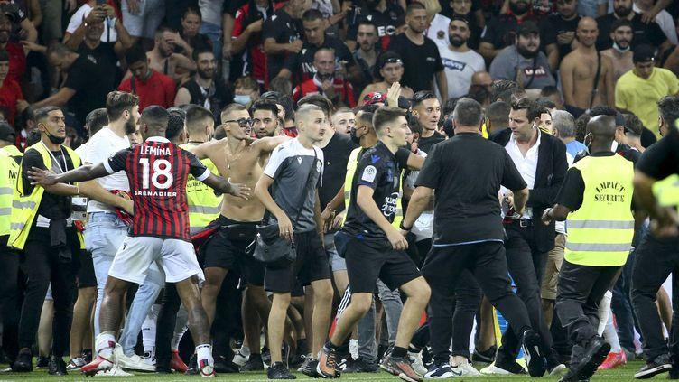 Mario Lemina tente de contenir les supporters, fous de rage. (JEAN CATUFFE / JEAN CATUFFE)