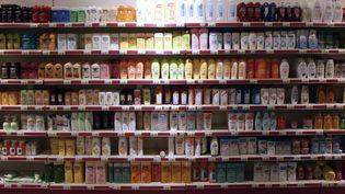 Des bouteilles de shampooing dans un supermarché d'Hérouville Saint-Clair (Calvados). (CHARLY TRIBALLEAU / AFP)