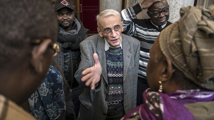 Le prêtre Gérard Riffard quitte le palais de justice de Lyon, le 2 décembre 2014. (JEAN-PHILIPPE KSIAZEK / AFP)