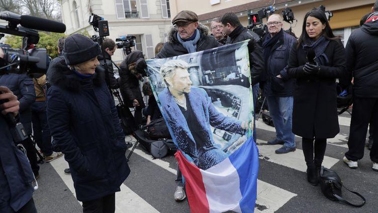 Un fan de Johnny Hallyday, à Marnes-la-Coquette (Hauts-de-Seine), le 6 décembre 2017. (THOMAS SAMSON / AFP)