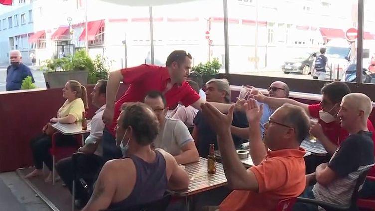 France-Allemagne : de nombreux Français vont suivre le match dans des fan zones ou en terrasses (France 2)
