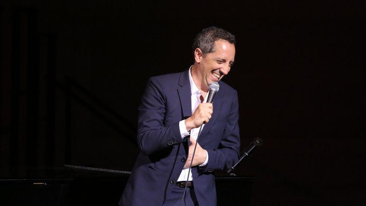 L'humoriste français Gad Elmaleh, sur la scène du Carnegie Hall, le 12 septembre 2018 à New York (Etats-Unis). (MANNY CARABEL / GETTY IMAGES NORTH AMERICA / AFP)