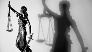 Statuette symbole de la Justice. La symbolique judiciaire utilise depuis le XIIIe siècle une figure de la mythologie grecque, Thémis, portant un glaive, une balance et les yeux bandés. (MAXPPP)