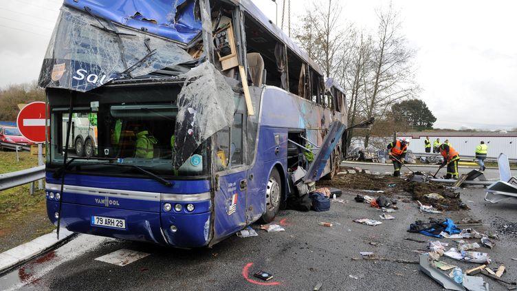 Le bus accidenté à Quimper le 17 mars 2012 transportait 26 personnes. (FRED TANNEAU / AFP)