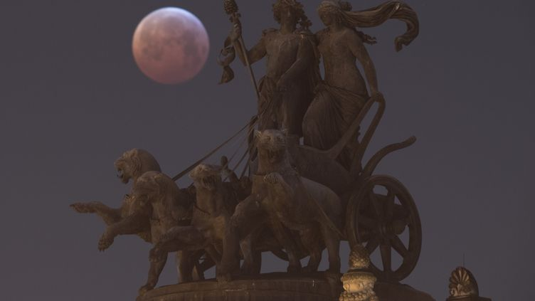 L'éclipse totale de Lune dans le ciel de Dresde (Allemagne), le 21 janvier 2019. (SEBASTIAN KAHNERT / DPA-ZENTRALBILD / AFP)