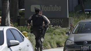 Des officiers de police se rendent près du siège de YouTube, à San Bruno (Californie), où des tirs ont été entendus mardi 3 avril 2018. (JEFF CHIU / AP / SIPA)