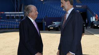L'ancien roi Juan Carlos et son fils le roi Felipe VI, le 25 janvier 2018 à Madrid (Espagne). (CASA DE S.M. EL REY / AFP)