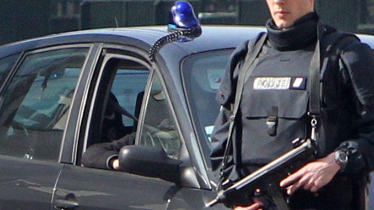 L'une des voitures de police du convoi qui amèneAbdelkader Merah au siège de la police antiterroriste, àLevallois-Perret (Hauts-de-Seine), le 24 mars 2012. (KENZO TRIBOUILLARD / AFP)
