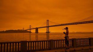 Le célèbre pont de San Francisco (Californie, Etats-Unis) sous le ciel orangé causé par les incendies historiques, le 9 septembre 2020. (PHILIP PACHECO / GETTY IMAGES NORTH AMERICA / AFP)