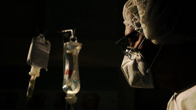 Un chirurgien observe une perfusion d'un malade du Covid-19 dans un hôpital de Rio de Janeiro (Brésil), le 22 juin 2020. (Photo d'illustration) (CARL DE SOUZA / AFP)