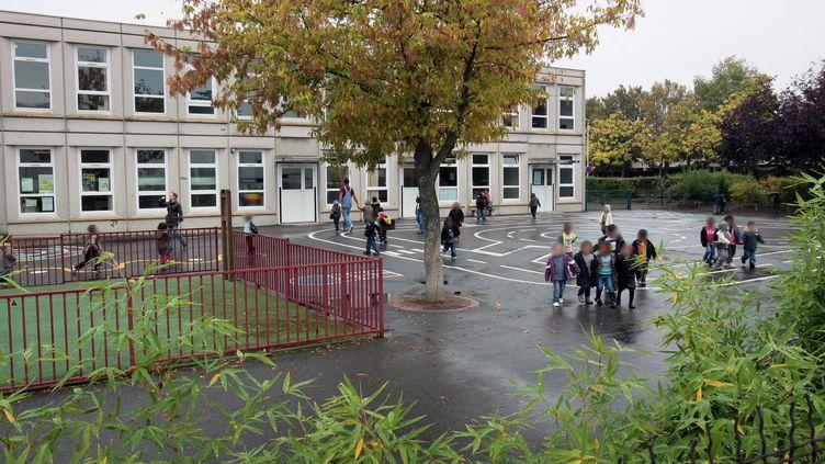 Des enfants jouent dans la cour de l'école maternelle d'Aulnay-sous-Bois (Seine-Saint-Denis), le9 octobre 2009 (illustration). (JACQUES DEMARTHON / AFP)