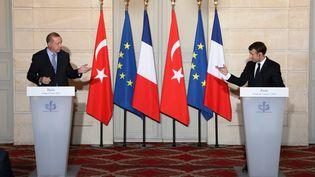 Le président turcRecep Tayyip Erdogan et Emmanuel Macron lors d'une conférence de presse commune, à l'Elysée, le 5 janvier 2018. (LUDOVIC MARIN / AFP)